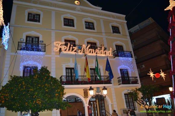 """Letrero """"Feliz Navidad"""" en la fachada del Ayuntamiento de Almuñécar"""