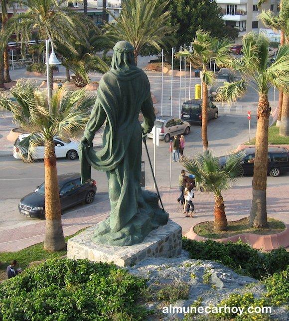 Foto desde atrás de la Abderraman junto al peñón del Santo en Almuñécar