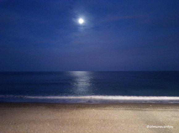 Luz de luna en las playas de Almuñécar