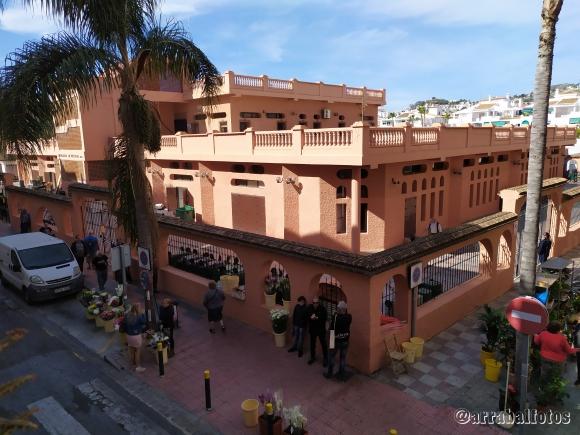 Mercado de Almuñécar cerrado el 7 de Marzo de 2020 con puestos de flores en la calle