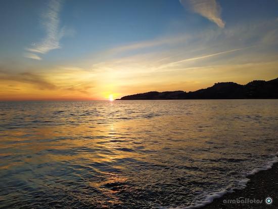 Puesta de sol en Almuñecar, Playa de San Cristobal con la Punta de la Mona