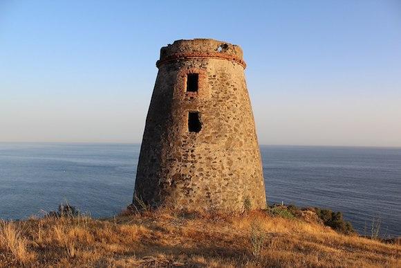 Torre del Diablo de Almuñécar Torre de los Diablos también conocida como: Torre de la Golondrina, Torre de Calabria o Torre de Cabria