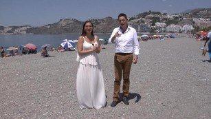 Marina Heredia y Rafael Cremades en la playa de Almuñécar.
