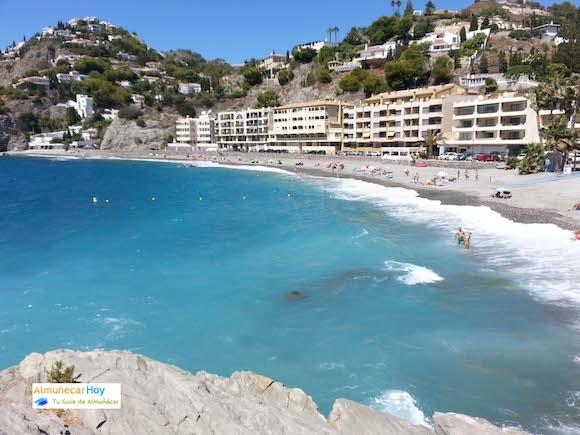Playa Cotobro en Almuñecar foto desde el peñón donde está el monolito homenaje al atleta Rafael Nuñez Blanca