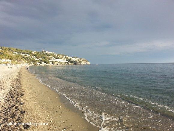 Playa de La herradura en un día nublado