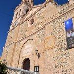 Iglesia parroquial de la Encarnación con el reloj de sol