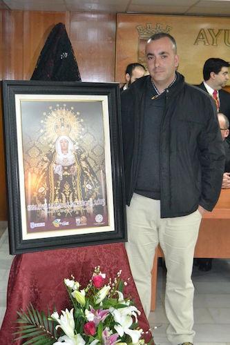 Miguel Reinoso con el Cartel de la Semana Santa de Almuñecar 2015