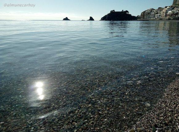 Aguas cristalinas y Peñón del Santo en la Playa de Almuñécar