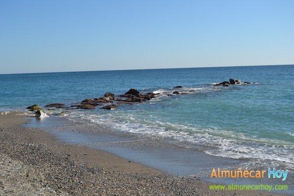Antiguo espigón en la Playa Caletilla de Almuñécar