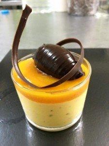 Mango con nik de chocolate , culis de mandarina y cremosa de chocolate toffe