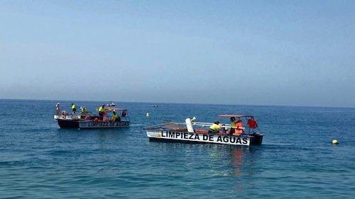 Tres embarcaciones y seis empleados limpian las aguas del litoral sexitano