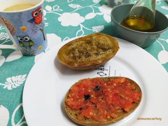 Desayuno con Pitufo integral de Panadería Joaquin en calle Baja del Mar de Almuñécar (con tomate, ajo negro y Aceites Oleonavas - Decantación natural)