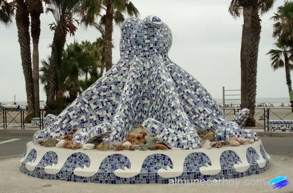 El Pulpo de Almuñécar en el Paseo Marítimo Puerta del Mar