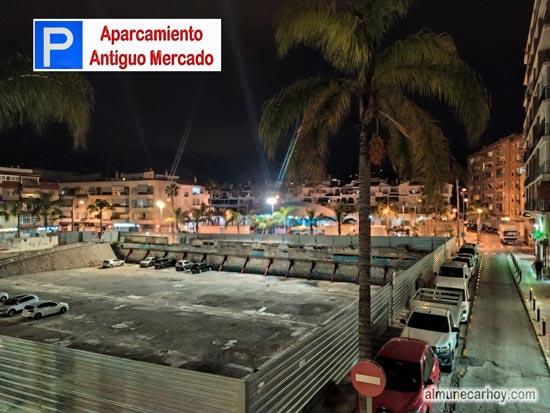 Vista nocturna del Parking de Caritas en el solar del Antiguo Mercado de Almuñécar