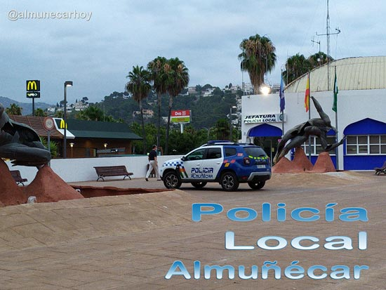 Jefatura de la Policía Local de Almuñécar en la Avenida Fenicia junto al Monumento al Agua de Miguel Moreno